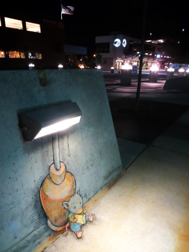 Mouse-reading-a-book-under-the-street-lamp-chalk-artwork-by-David-Zinn